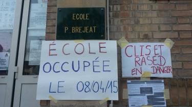 Panneaux occupation école collés sur mur Bréjeat